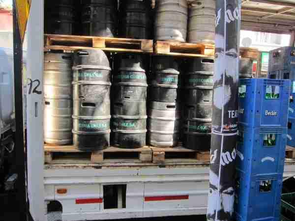 beer truck pallets,beer truck kegs,beer crates