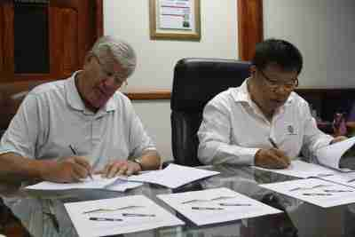 Wayne Randall, President of United Pallet Services, Inc (at left) and Miguel Yin Kuo, President of Grupo Mitasa