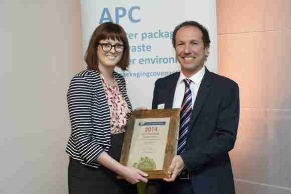 CHEP Australia's Manager, Sustainability Programs, Nicole Boyd, accepts the High Performers Award from the Australian Packaging Covenant's General Manager, Vanio Calgaro.